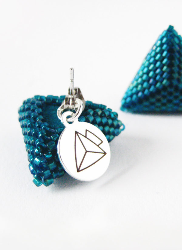 chiusura degli orecchini triangolo smeraldo