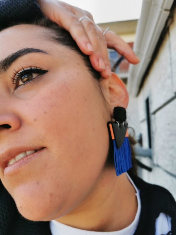 orecchino Peacock nero blu melone indossato