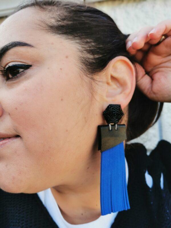 orecchino Teso' frange blu indossato