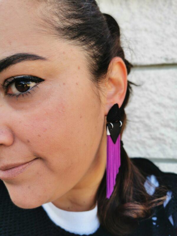 orecchino Fringed viole e nero indossato