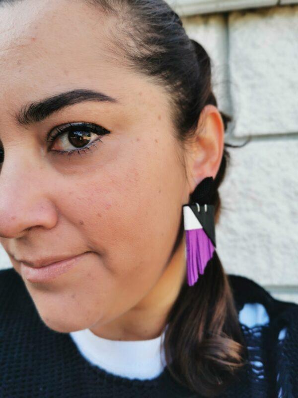 orecchino PArisien viola e nero opaco indossato