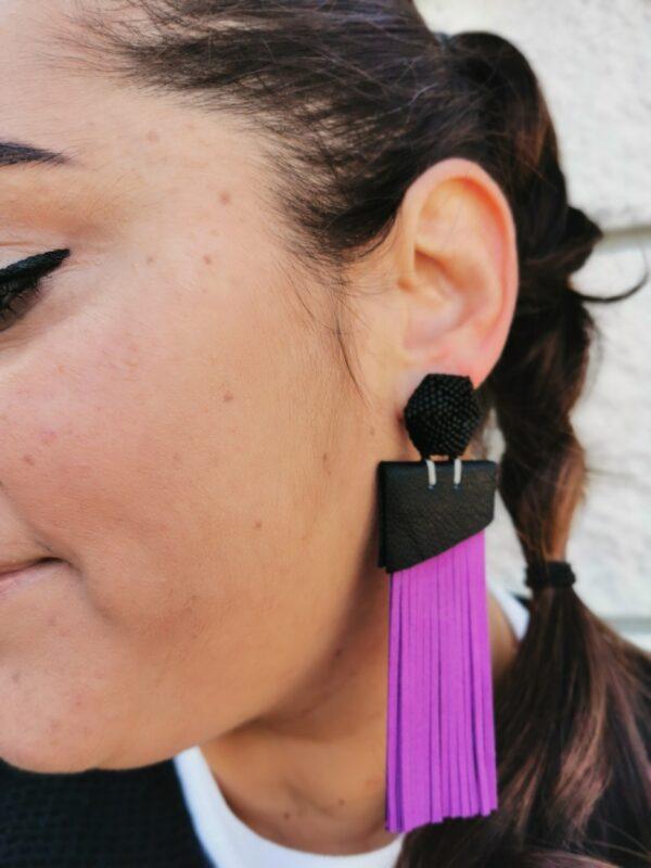 orecchino Teso' viola e nero opaco indossato